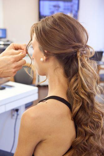 Ondulado semi-presoOs grampos dão sustentação deixando o cabelo cair naturalmente e as mechas de franja ficam soltinhas