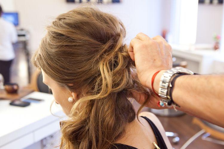 Ondulado semi-presoPosicione todo o cabelo para o lado e vá prendendo algumas mechas de forma irregular - isso garante a textura dos fios e a sustentação do penteado. Reforce com grampos na lateral que o cabelo ficará preso e não se esqueça de aplicar spray de fixação
