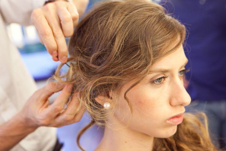 Ondulado semi-presoPosicione a franja de lado e prenda-a na lateral em que o cabelo está preso deixando algumas mechas finas soltinhas e irregulares. Se preferir e a sua franja for curta ou média, deixe-a inteira solta, de lado