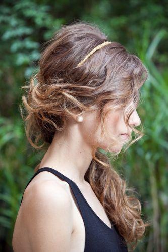 Ondulado semi-presoRepare como fica o penteado, visto de lado. Tem os detalhes da lateral presa, a tiara e o cabelo solto sobre o ombro e colo. Fica com bastante volume e textura