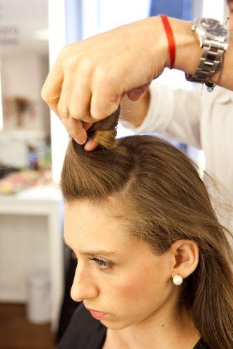 Coque estilizado e volume no topo da cabeçaSepare uma porção de cabelos na parte da frente e prenda