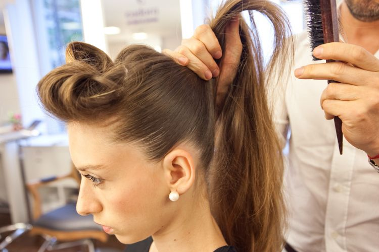 Coque estilizado e volume no topo da cabeçaEscove bem o restante do cabelo para prender em um rabo de cavalo