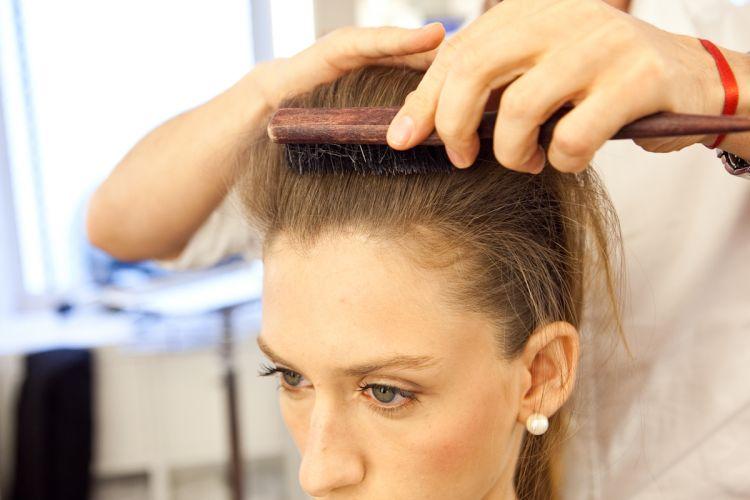 Coque estilizado e volume no topo da cabeçaDepois de desfiar toda a porção de cabelo da frente, escove cuidadosamente os fios, levando-os para trás e aplique spray de fixação