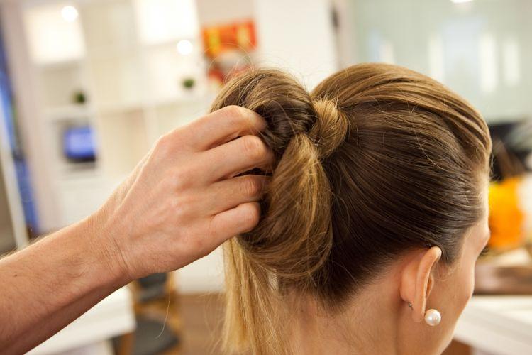 Coque estilizado e volume no topo da cabeçaTorça o rabo de cavalo como se fosse fazer um coque de apenas uma volta e passe a ponta do cabelo rente ao elástico, no meio do rabo de cavalo. Deixe a ponta solta (repare que a ponta cai do outro lado)
