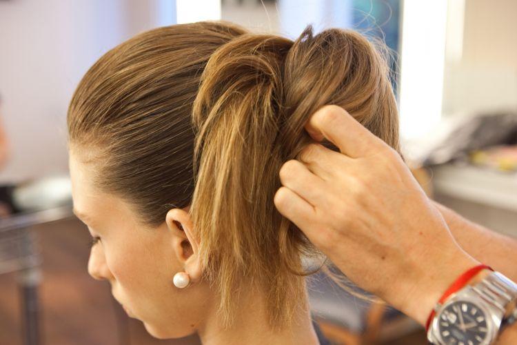 Coque estilizado e volume no topo da cabeçaPrenda essa mecha de cabelo que atravessou o rabo de cavalo com grampos invisíveis para dar sustentação