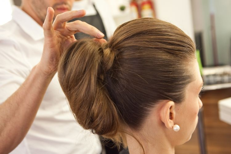 Coque estilizado e volume no topo da cabeçaSe o cabelo for muito comprido e por isso o coque ficar frouxo ou muito volumoso, prenda de forma irregular em alguns pontos, para reduzir o volume e dar mais sustentação. Os grampos (poucos) podem ser colocados no meio do coque, sem que isso interfira no resultado estético do penteado