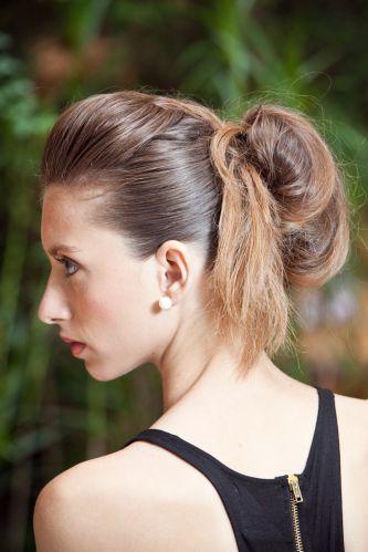 Coque estilizado e volume no topo da cabeçaRepare nos detalhes do penteado: volume no topo, coque irregular e a ponta do cabelo pendendo na lateral