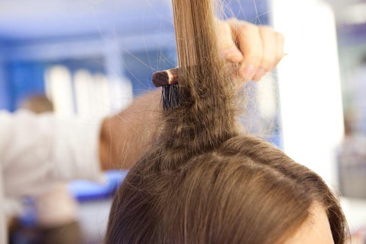 Romântico naturalNos cabelos da parte de cima da cabeça desfie mecha por mecha penteando os fios ao contrário, em direção ao couro cabeludo