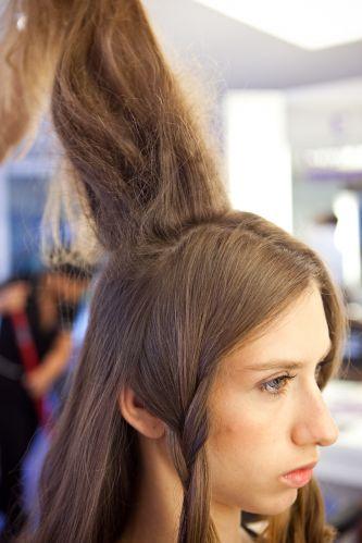 Romântico naturalEsta é a quantidade de cabelos que deve ser desfiada na parte central alta da cabeça