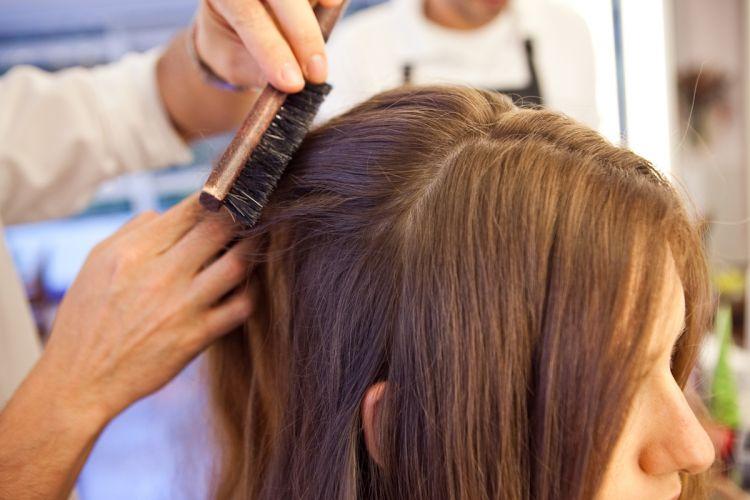 Romântico naturalDepois de desfiar as mechas, volte os cabelos à posição normal e escove cuidadosamente para formar um volume