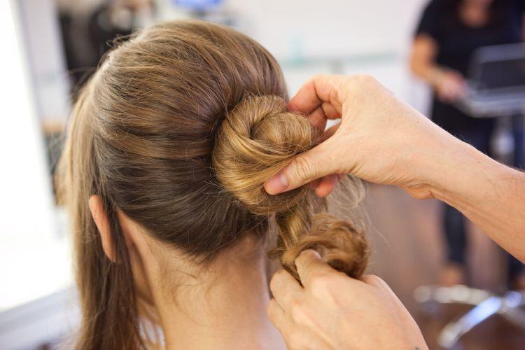 Romântico naturalTorça o cabelo e faça um coque bem apertado, rente à cabeça