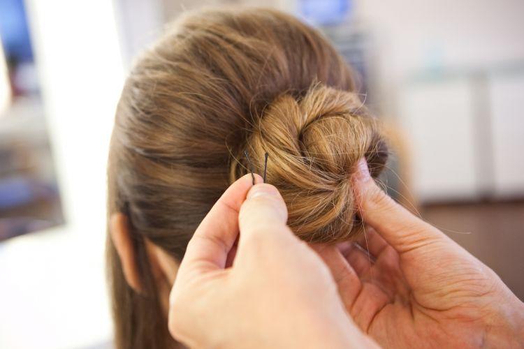 Romântico naturalPrenda a ponta do cabelo com grampos invisíveis, que também têm a função de trazer sustentação ao coque