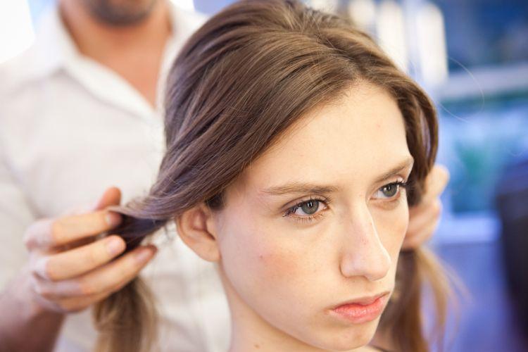 Romântico naturalSepare os cabelos da frente em duas mechas, deixando o risco da divisão em uma posição assimétrica, nem ao centro e nem muito para o lado