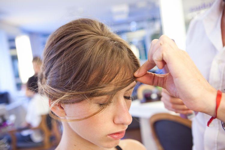 Romântico naturalPara deixar o penteado fashion solte alguns fiozinhos da franja, isso também deixa o look mais bonito, descolado. Se a franja for curta ou muito lisa aplique spray de fixação