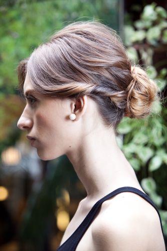 Romântico naturalRepare como as mechas torcidas dão um charme extra à lateral do penteado