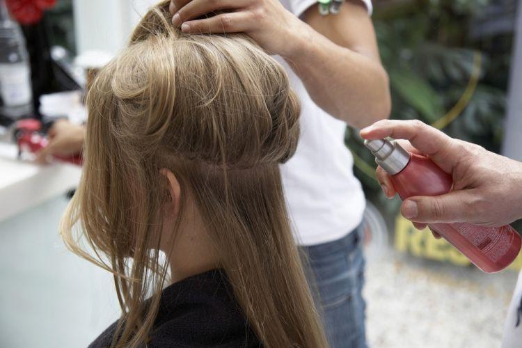 Flor na lateral do cabeloPreparando o cabelo: aplique spray térmico sobre os fios secos e separe os cabelos em camadas horizontais para começar a fazer o babyliss