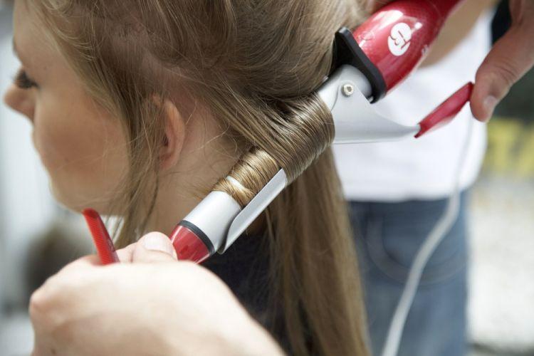 Flor na lateral do cabeloComeçando da nuca para o alto da cabeça, faça babyliss médio em mechas grossas, incluindo as pontas do cabelo