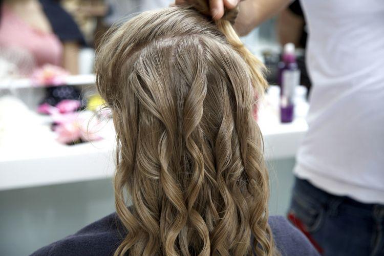 Flor na lateral do cabeloFaça o babyliss no cabelo inteiro. Não se esqueça de aplicar o spray térmico em cada mecha, mas sem exageros, basta um pingo para não pesar