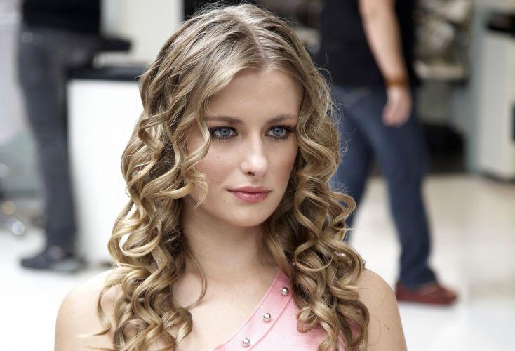 Flor na lateral do cabeloEste é o resultado depois que o cabelo inteiro é modelado com babyliss