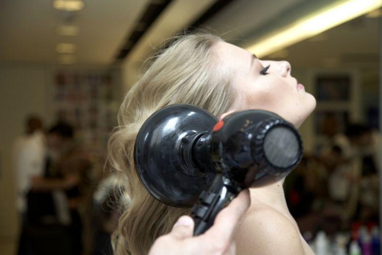 Flor na lateral do cabeloEscove o cabelo da raiz às pontas para desconstruir os cachos feitos com babyliss. Finalize com um pingo de pomada térmica, mate ou opaca, e aplique difusor por alguns segundos
