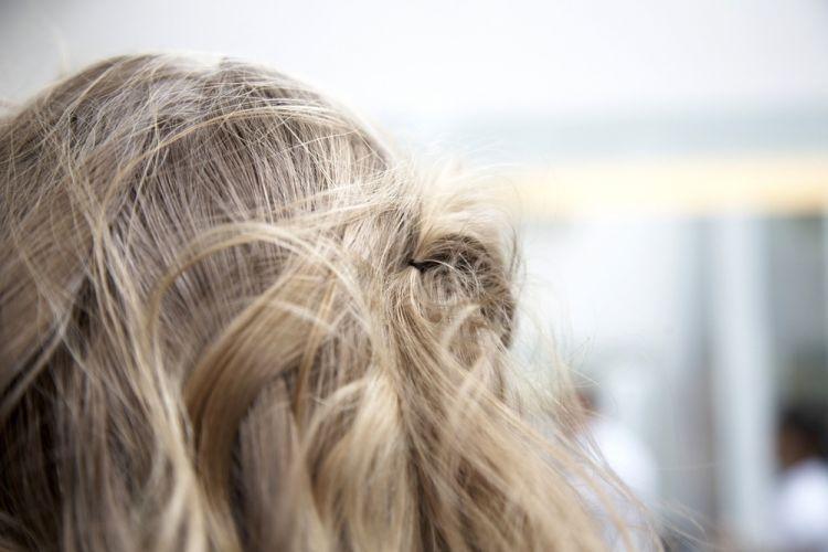 Flor com cabelo semi-preso e topete desmanchadoFaça o mesmo do outro lado, que tem menos cabelo. Uma dica é deixar alguns fios da franja soltos