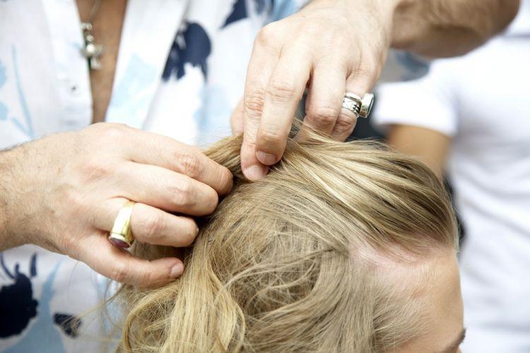 Flor com cabelo semi-preso e topete desmanchadoSepare uma mecha de cabelo na frente e centralize no topo da cabeça