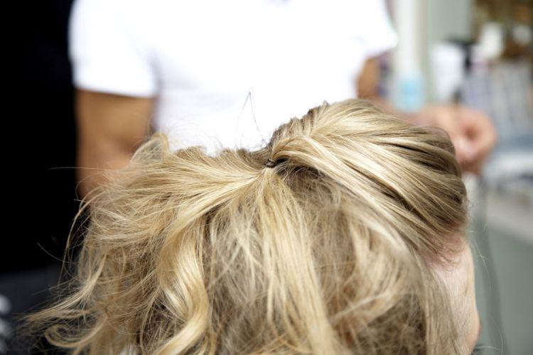 Flor com cabelo semi-preso e topete desmanchadoPrenda com grampos, de maneira que a mecha fique bem centralizada e com os fios fofos na frente, formando leve volume