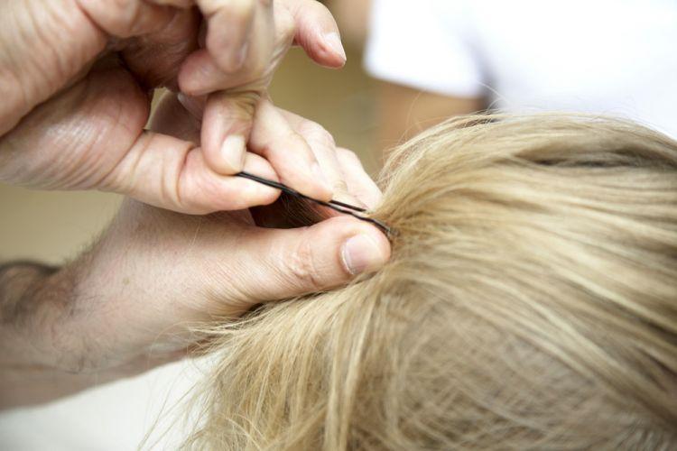 Flor com tiara e falsa trançaPrenda uma porção generosa de cabelos na parte de cima da cabeça, deixando os grampos invisíveis