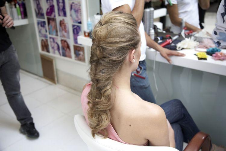 Flor com topete e cabelo soltoO efeito visual é de uma trança
