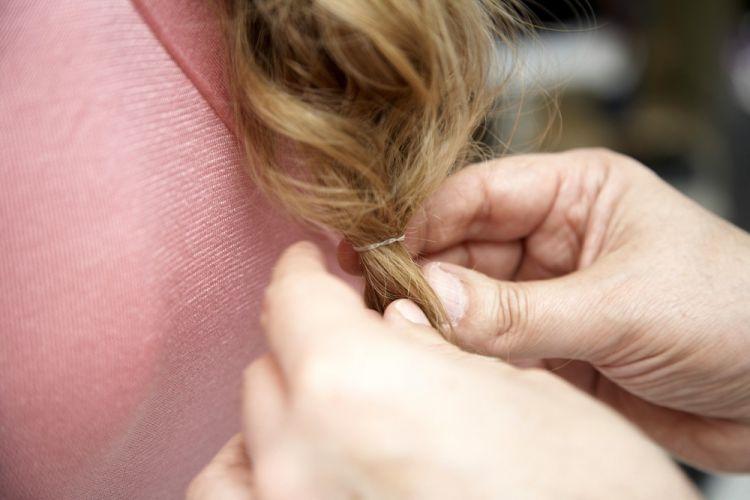 Flor com tiara e falsa trançaPrenda as pontas com um elástico fininho, de silicone, da cor dos cabelos, para dar sustentação ao penteado
