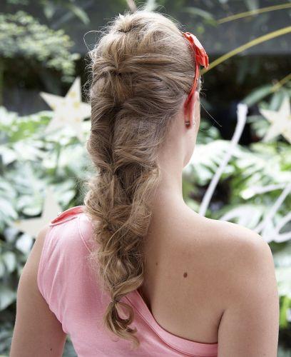 Flor com tiara e falsa trançaVeja como fica o penteado, visto de trás. A tiara e a flor aparecem e a