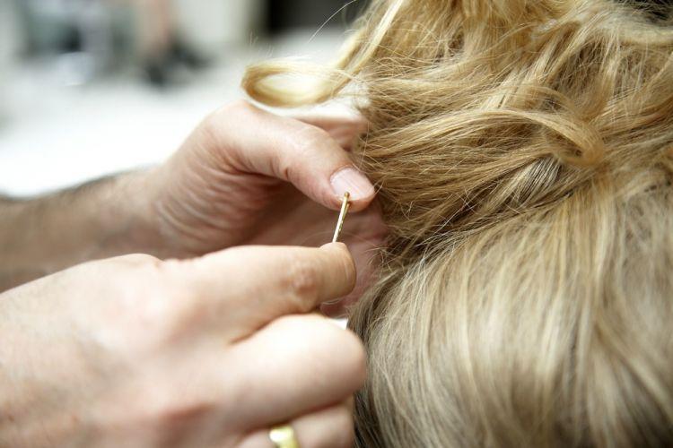 Flor com coque modernoColoque alguns grampos por baixo para dar sustentação ao penteado