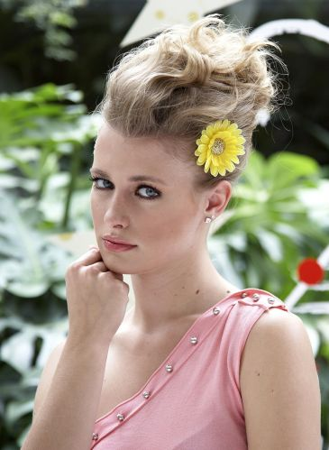 Flor com coque modernoFinalize com uma flor média em uma das laterais