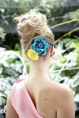 Flor com coque modernoE para quem gosta mesmo de um colorido especial, a dica é colocar uma flor grande e outra menor na base do coque-banana desarrumado