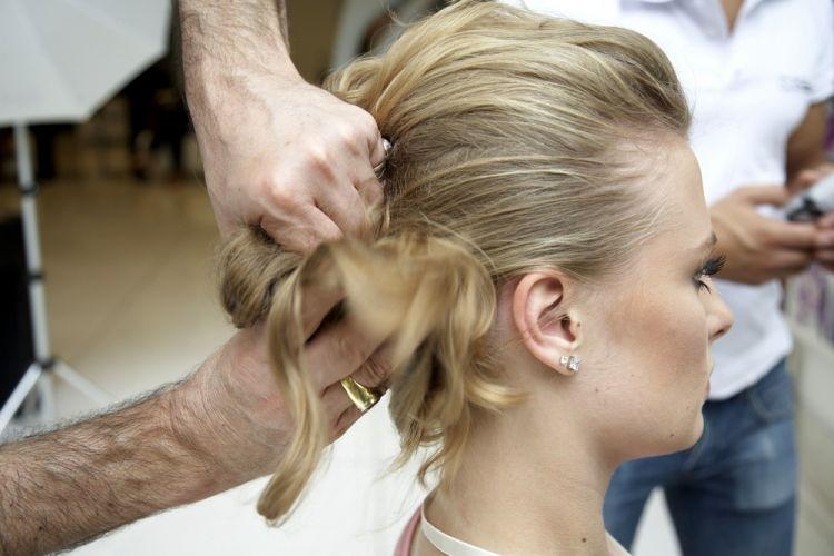 Flor na tiara com coque-bananaPrenda o cabelo e torça fazendo um rolo no meio da cabeça, para formar uma banana com o cabelo inteiro