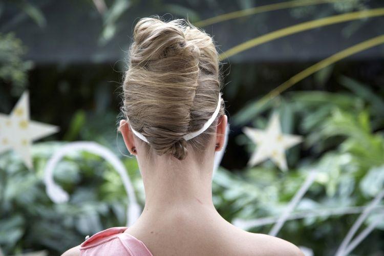Flor na tiara com coque bananaVeja como fica o penteado visto de trás