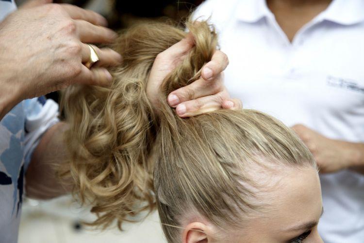 Flor no rabo de cavaloAplique uma pomada e prenda os cabelos fazendo um rabo de cavalo com a mão, sem usar escova. Não tem problema se os fios ficarem irregulares, essa é a graça