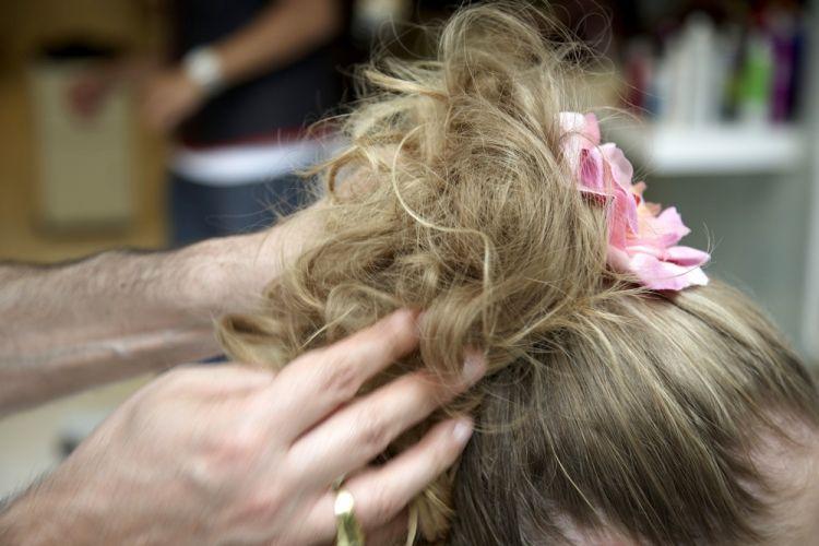 Flor no rabo de cavaloDesfie o rabo de cavalo inteiro com as mãos abrindo as mechas para que fiquem bem irregulares e coloque a flor rente ao elástico
