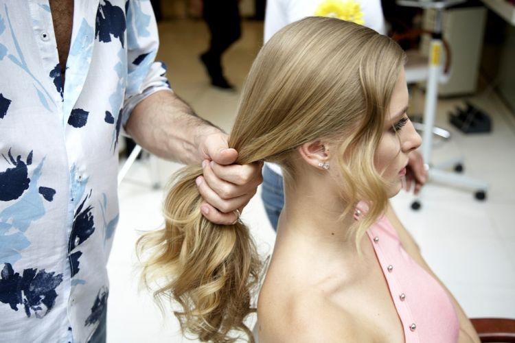 Flor no cabelo semi-presoAplique um pingo de pomada mate em todo o cabelo. Divida os fios de lado e escove-os deixando uma mecha na frente. Trabalhe essa mecha modelando com o babyliss, depois solte e penteie levemente