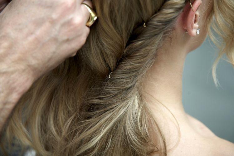 Flor no cabelo semi-presoO rolo de cabelo é preso com grampos para dar sustentação