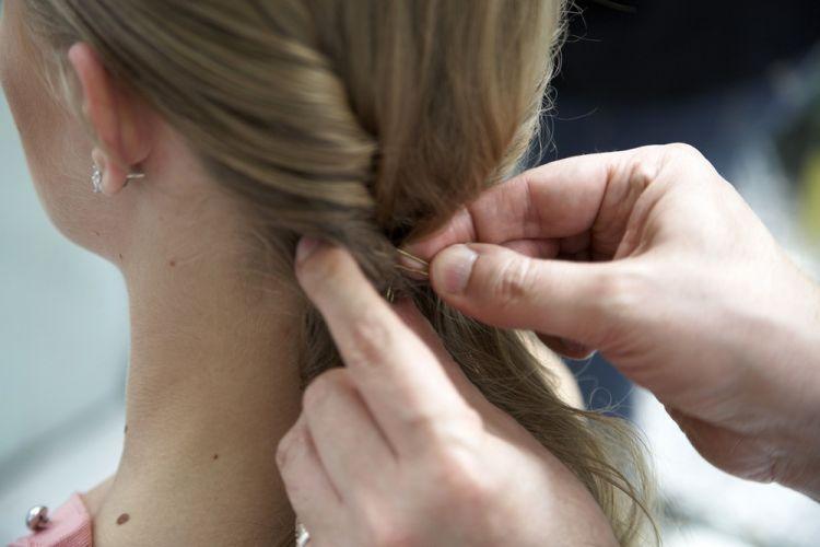 Flor no cabelo semi-presoFaça o mesmo do outro lado, prenda os cabelos com grampos invisíveis, formando um rolo