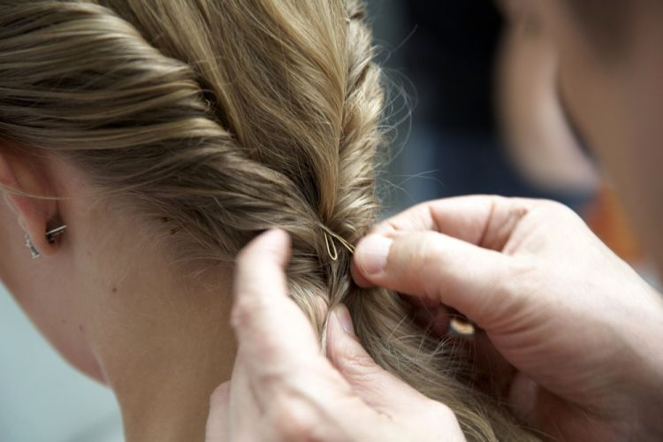 Flor no cabelo semi-presoNa união dos dois rolos, na nuca, prenda bem para garantir sustentação ao penteado