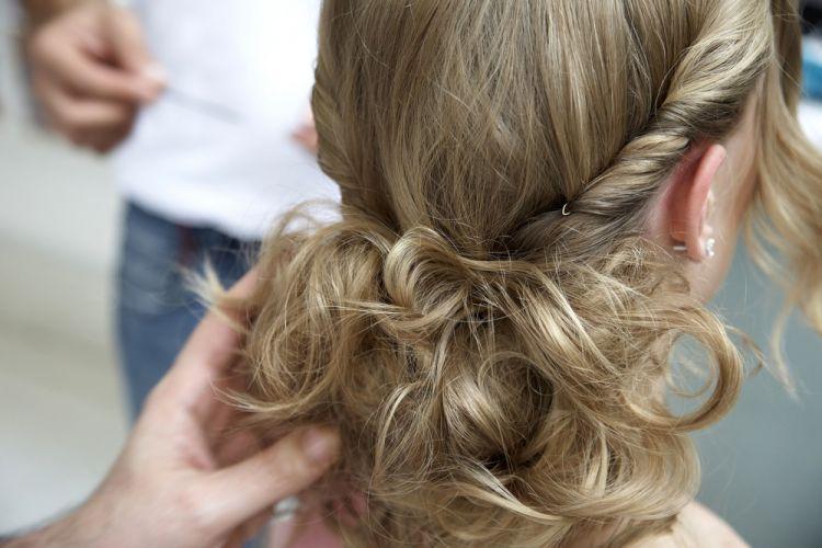 Flor no cabelo semi-presoCom o cabelo que ficou solto vá prendendo mechas de forma irregular como se estive formando ninhos. Pegue uma mecha, faça