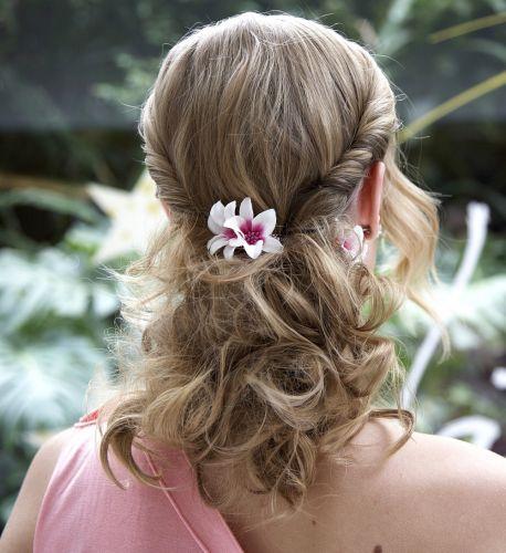 Flor no cabelo semi-presoFinalize com uma flor no centro da cabeça, atrás. Você também pode colocar em uma das laterais, na nuca, ou atrás da orelha, para que ela apareça quando o penteado for visto de frente