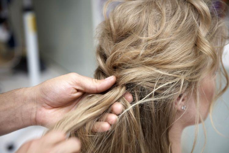 Flor na ponta da trançaCom os cabelos texturizados com babyliss desconstruído e pomada mate, faça uma trança que começa embutida no alto da cabeça, mas com os fios fofos. Deixe mechas desfiadas soltas na franja