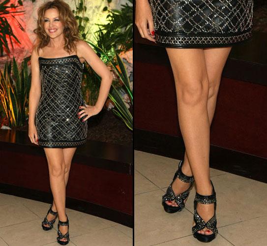 A australiana Kylie Minogue mostra as pernocas lisas e bem hidratadas