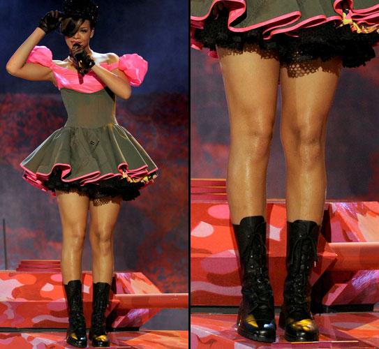 A cantora Rihanna deixa a mostra as pernocas torneadas e hidratadas