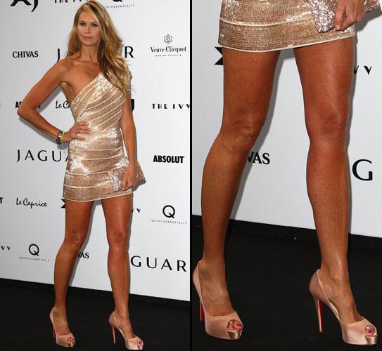 A modelo Elle MacPherson exibe as longas e torneadas pernas em evento em Londres, na Inglaterra (09/07/2009)