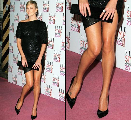 A atriz Charlize Theron deixa à mostra as belíssimas pernas em um evento da revista ELLE