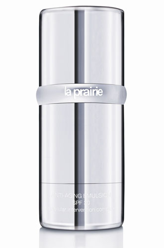protetor Anti-aging Emulsion SPF 30, da marca La Prairie, promete uma barreira diária contra os agressores ambientais, estimulando a produção de colágeno e prevenindo contra a perda da hidratação. Preço sugerido: R$ 716. SAC: www.laprairie.com.br